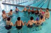 La gent gran activa gaudeix dels beneficis del curs d'aiguagim a l'EAS