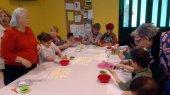 Vincles entre la gent gran i els infants del Centre Obert de Taradell en un taller de dolços