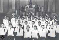 Grup d'escolans del cor de l'Escolania Parroquial de la Mare de Déu de Montserrat amb el seu director, Mn. Jaume Mugosa, l'any 1953. AFT| Mn. Jaume Mugosa
