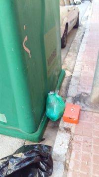 Bossa residus domèstic a la via pública