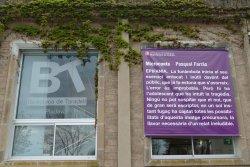 Un microconte de Pasqual Farràs, a la façana de la Biblioteca de Taradell