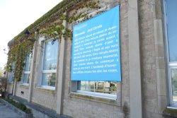 Un microconte de Jordi Estrada, a la façana de la Biblioteca de Taradell