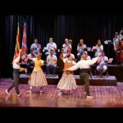 Actuació de festa major de l'Esbart Sant Genís, amb la Cobla Lluïsos