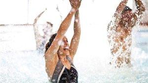 Aiguazumba: Una festa a l'aigua! Una activitat coreografiada, amb suport musical, on et posaràs en forma i t'ho passaràs genial. El mètode Zumba aplicat a l'aigua: ritme, diversió i exercici - EAS Taradell
