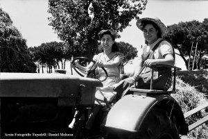 Dones amb un tractor_La dona pagesa (Foto: Daniel Molsosa)