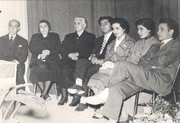 Josep Baqué, delegat de la Caixa d'Estalvis amb Miquela Duran, Rosa Pladevall, Pere Sellés, Anna Roma, Dolors Blasi i Joan Roma de la comissió organitzadora del primer homenatge a la Vellesa