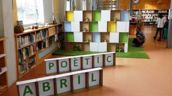 Abril a la  biblioteca és poesia.