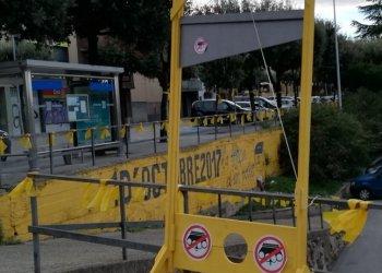 El CDR col·loca una guillotina a l'Espai 1 d'Octubre