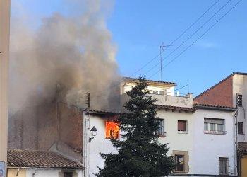 Crema un pis d'un edifici del carrer de Vic a Taradell