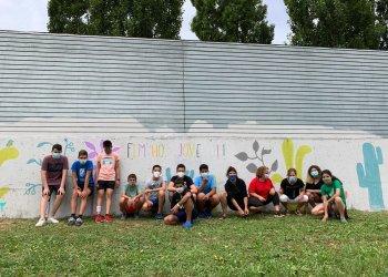 Joves de Taradell pinten un mural a la paret del pipican