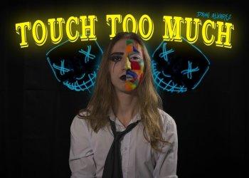 VÍDEO. Nou videoclip de Dami Àlvarez: ara s'atreveix amb AC/DC