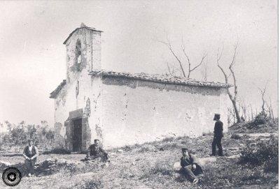 La capella de Sant Quirze, amb tres homes, l'any 1885 (Arxiu Fotogràfic Taradell | Autor desconegut)
