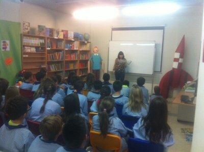 La Neli Pérez explicant un dels contes als alumnes de cinquè i sisè