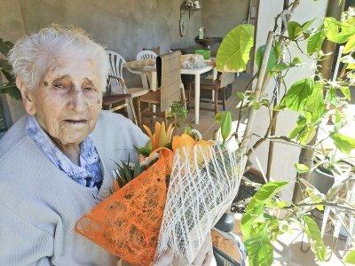 Isabel González, el 18 de maig del 2020, celebrant els 104 anys en ple confinament