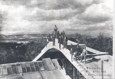 Treballadors dalt l'encavallada de Can Costa i Font