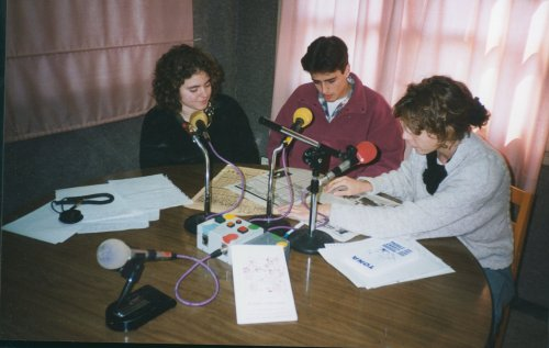 Cristina Macias, Miquel Noguer i Núria Oriol fent 'L'informatiu'.