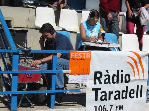 Retransmissió d'un partit de futbol, amb Laia Miralpeix i Miquel Àngel Caro.
