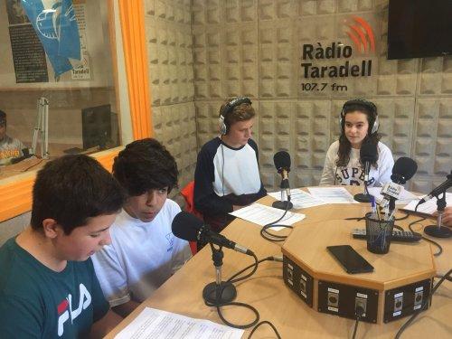 Alumnes de l'institut enregistrant l''Instinews'.