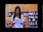 Ariadna Prat llegeix el poema en anglès